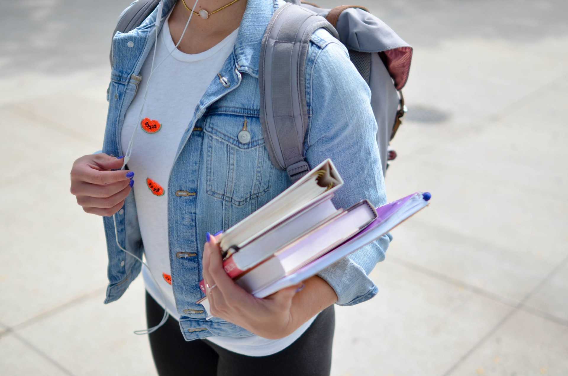 Ilustrasi Mahasiwa Membawa Buku